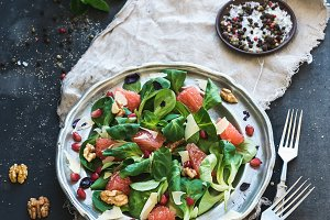 Salad with grapefruit and garnet