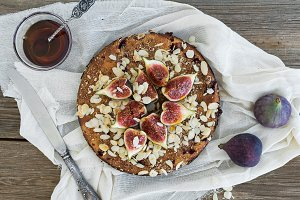Fig pie with almond and honey