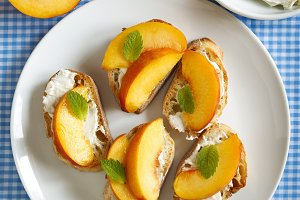Crostini with cream cheese and peach