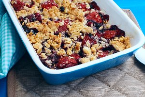 Baked crumble with strawberries