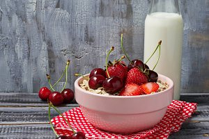 Breakfast with oat flakes and berry