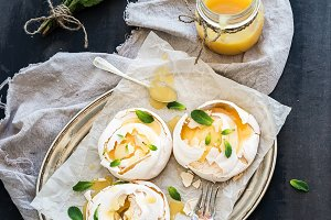Merengues with lemon curd