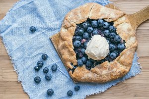 Rustic blueberry pie with ice cream