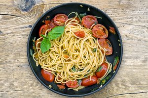 A pan of spaguetti with tomatoes