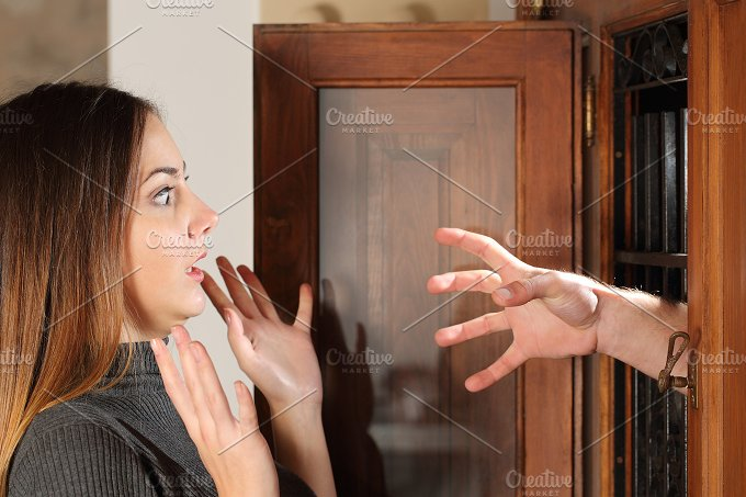 Aggression when a burglar try to attack a housewife.jpg - People