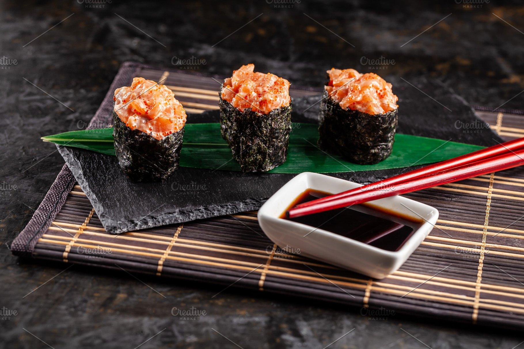 Gunkan Maki Sushi with with salmon o