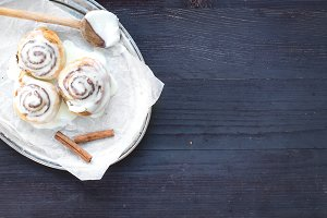 Cinnamon rolls with cream-cheese ici