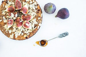 Fig cake, honey and almond flakes