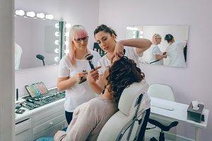 Make-up artist teach to make makeup