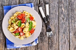 Pasta with tomatoes, Basil and cheese