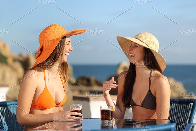 Two friends talking in an hotel on holidays.jpg - Beauty & Fashion