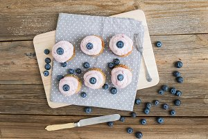 Whole grain cupcakes with berries