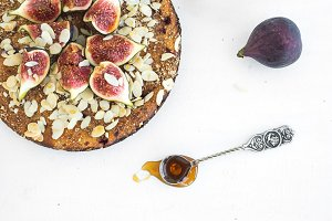 Fig cake with fresh figs and honey