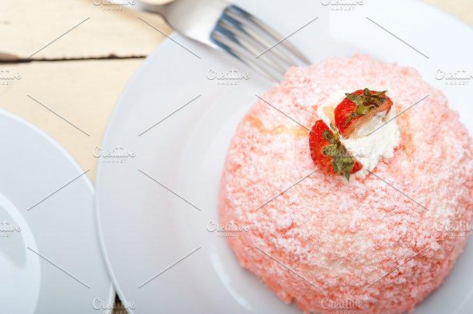 fresh strawberry and cream cake 002.jpg - Food & Drink