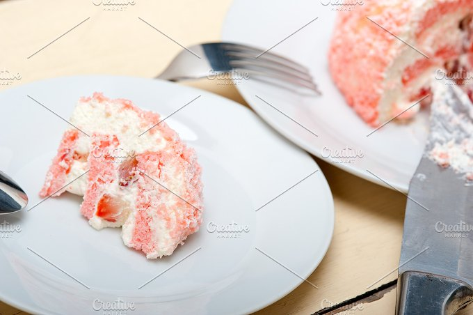 fresh strawberry and cream cake 028.jpg - Food & Drink