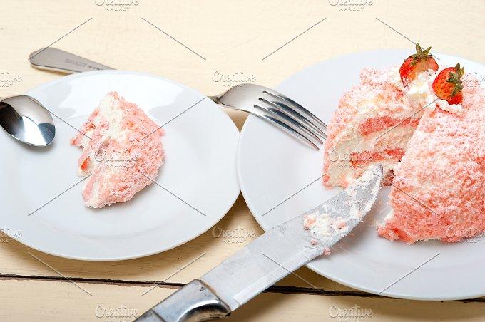 fresh strawberry and cream cake 027.jpg - Food & Drink