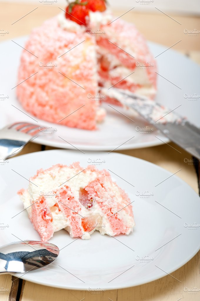 fresh strawberry and cream cake 029.jpg - Food & Drink