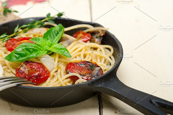 spaghetti pasta with baked tomatoes 021.jpg - Food & Drink
