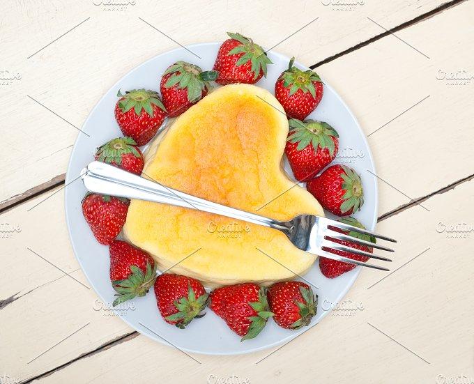 heart shape cheesecake and strawberries 017.jpg - Food & Drink