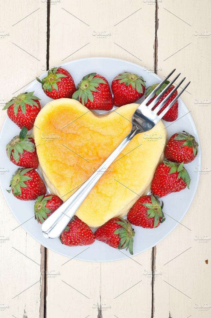 heart shape cheesecake and strawberries 015.jpg - Food & Drink