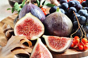 Red wine, figs, and grapes -3