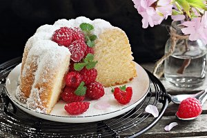Vanilla cake with fresh raspberries