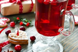 Mulled wine with cranberry, cookies
