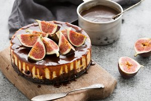 Cake with fresh figs and caramel