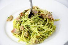 Food plate: spaghetti with pesto