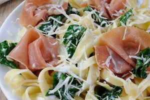 Pasta with spinach and ham