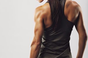 Female bodybuilder holding jump rope