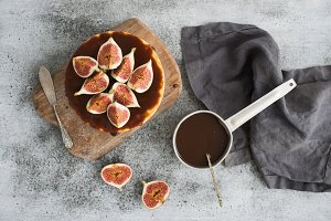 Cake with figs and salted caramel