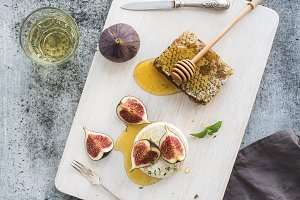 Brie cheese with fresh figs & honey