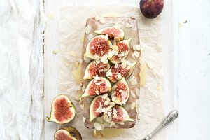 Loaf cake with figs and almond