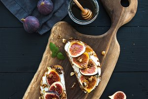 Sandwiches with ricotta and figs