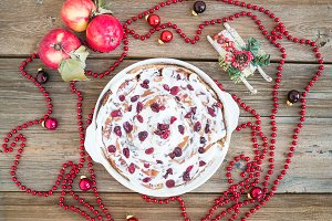 Apple and cranberry cake with creamy