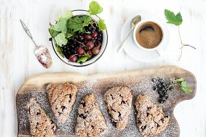 Blackcurrant scones with coffee