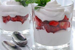 Strawberry parfait with cream