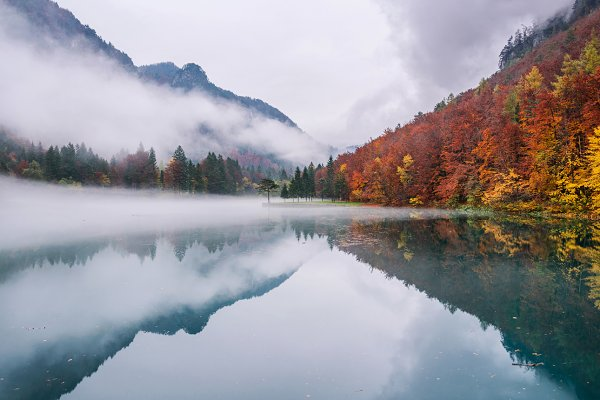 Misty autumn day at the emerald lak…