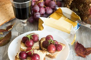 Crostini with roast grapes