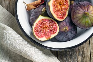 Fresh figs in bowl