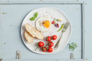 Fried egg & cherry tomatoes