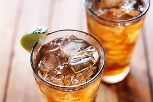 iced tea with lime wedges