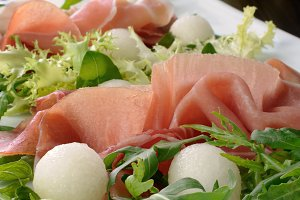 Arugula salad with ham and melon