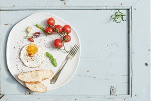 Fried egg, bread slices & tomatoes