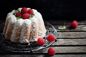 Vanilla cake with fresh raspberries