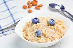 Oatmeal porridge with blueberries