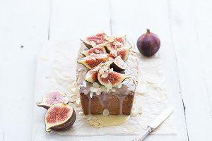 Cake with figs and white chocolate