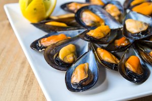 Steamed mussels with lemon