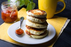 Cottage cheese pancakes with jam